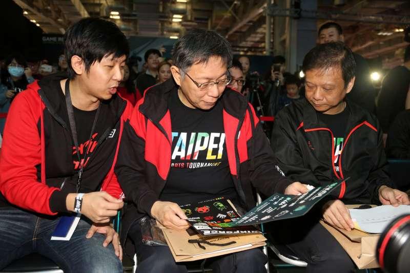 台北市長柯文哲和熊讚在26日出席2017台北盃電競大賽,一起頒發總金額18萬元的獎金。(北市府)