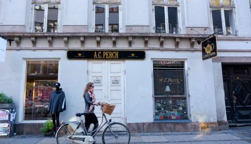 哥本哈根市容實在賞心悅目,車道上彷彿成了各色自行車的伸展台。(作者提供)