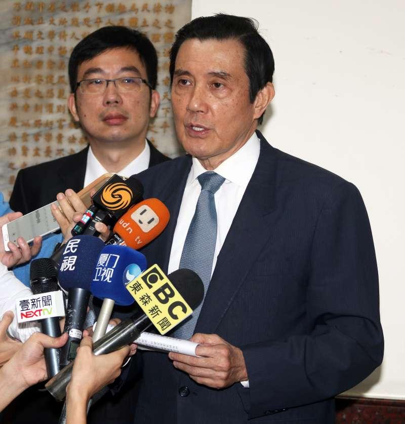 20171128-前總統馬英九被訴洩密案,高院上午首次開庭。圖為馬離開高院前,向媒體發表聲明。(蘇仲泓攝)