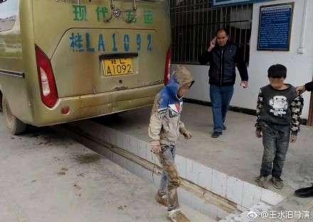廣西兩名男孩藏身公車車底,想要尋找父母,所幸安然無恙,已請父母帶回。(取自微博)