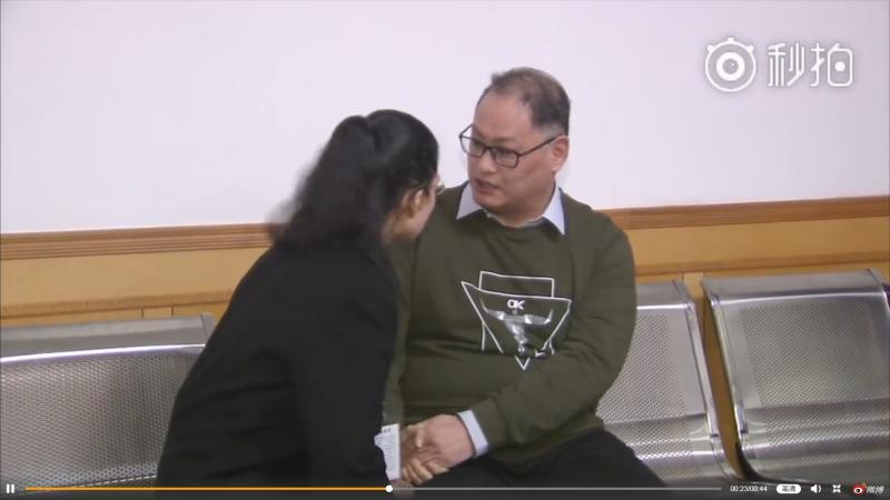 2017年11月28日,李明哲案一審宣判後,法院安排妻子李凈瑜會見(微博)