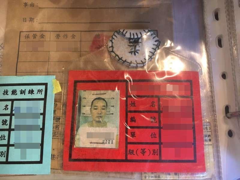 從土城看守所、台北監獄到台東泰源技訓所,當時的受刑證件他都一一留存著。(圖/鐘敏瑜攝)