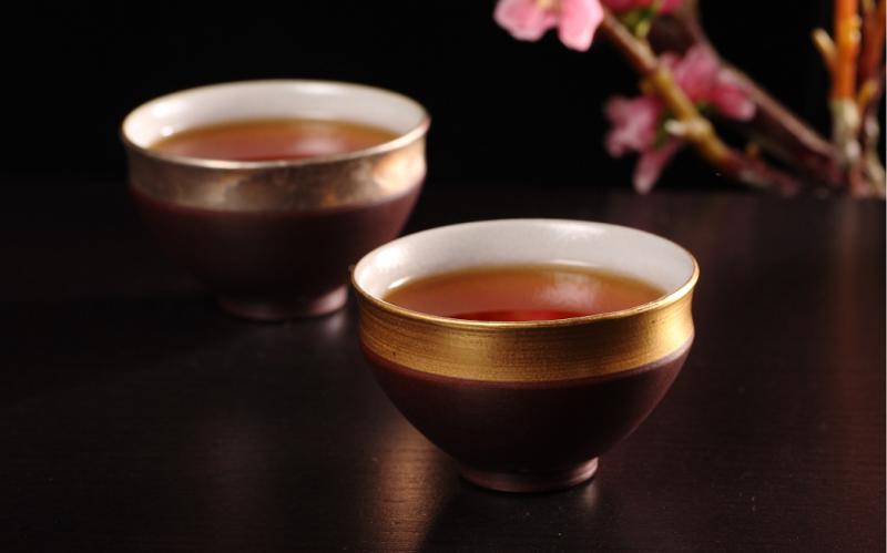 特級蜜香紅茶/有別於大葉種紅茶的厚重感,產自阿里山茶區的小葉種紅茶,微漾蜜甜的果香,茶湯橙紅清亮,滋味舒雅麗緻。(圖/嶢陽茶行提供)