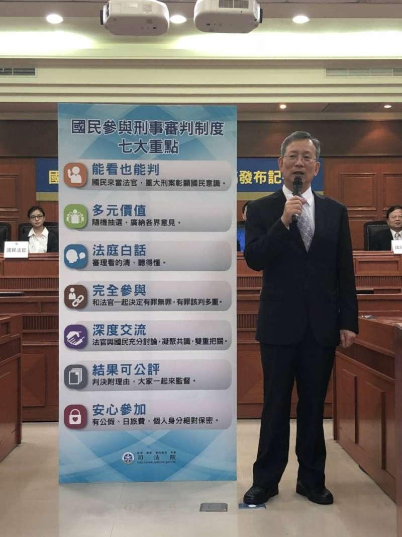 司法院祕書長簡太朗解說國民法官制度。(司法院提供)