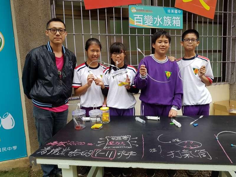培英國中老師楊易倫帶領學生展出百變水族箱。(圖/方詠騰攝)