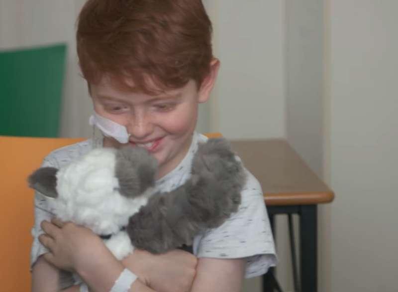 醫院病童獲得娃娃後,全都非常開心。(圖擷取自Youtube)