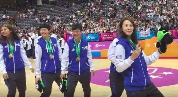 世大運女籃隊頒獎時都跳的「抖肩舞」將會是今年尾牙最熱門表演節目。(圖/摘自youtube)