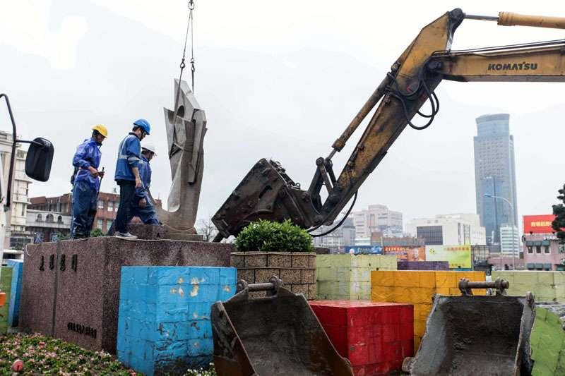 基隆舊火車站前花圃拆除,花圃內的蔣中正銅像也一併拆除。(圖/張毅攝)