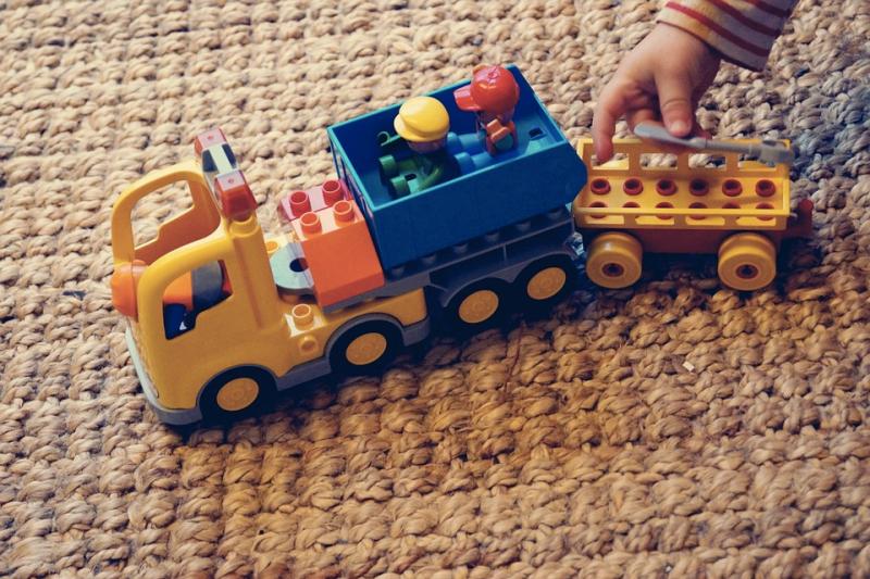 地毯是可以吸收聲音、可以防止滑倒,讓孩子冬天能夠繼續在地上嬉戲。(圖/pixabay)