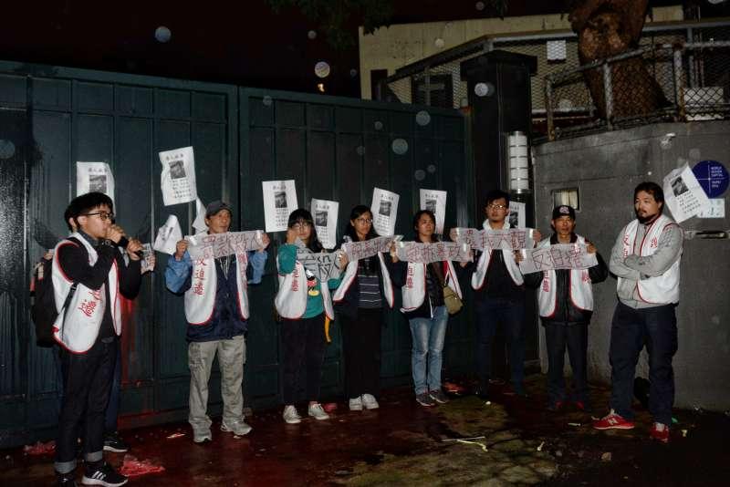 大觀社區拆遷在即,今(1)日晚間9點自救會帶領居民突襲台北市大安區金華官邸潑漆抗議,叫賴清德出來面對。(甘岱民攝)