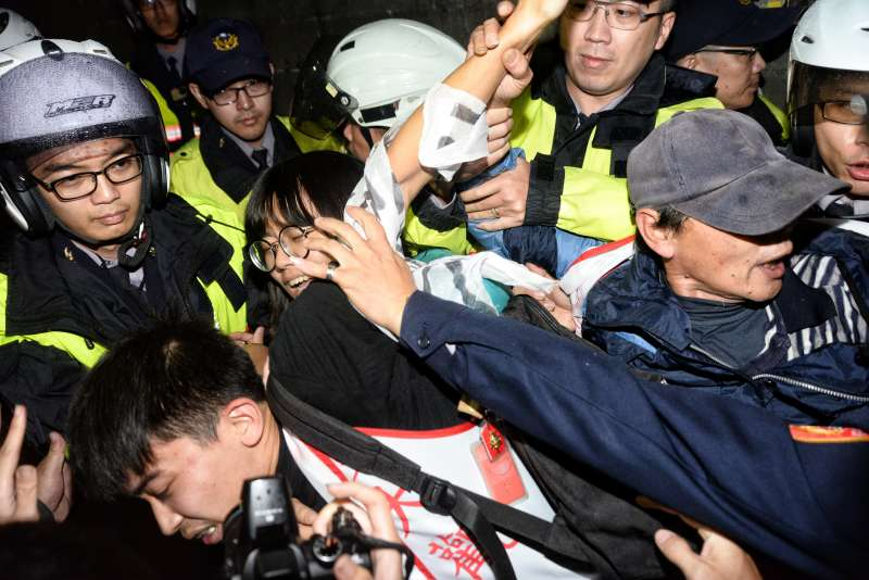 2171201-大觀居民抗議被警方壓制,現場一片混亂。(甘岱民攝)