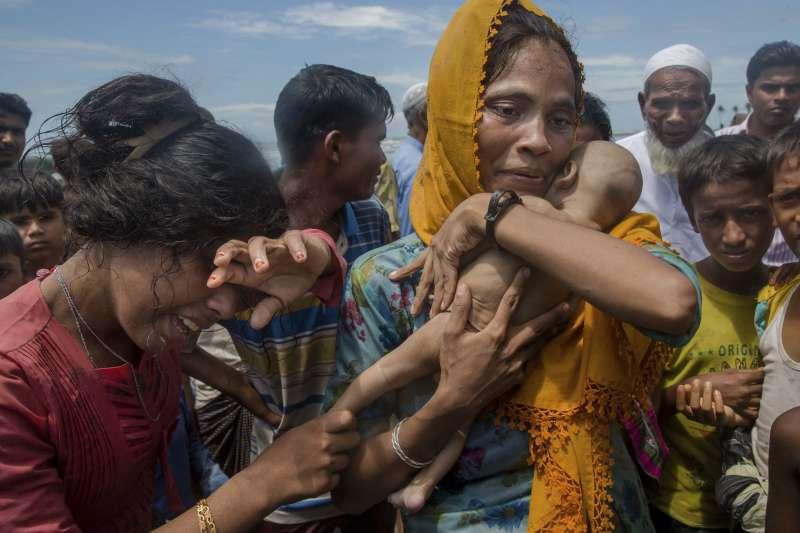 從緬甸逃往孟加拉的一位羅興亞難民,抱著死去的兒子哭泣(AP)
