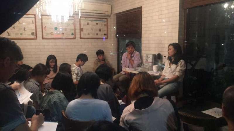 離開台灣前,作者和趙思樂的一場對談,趙思樂在台灣出版《她們的征途》,寇延丁正是她書寫的人物之一。(鮑毅超臉書)