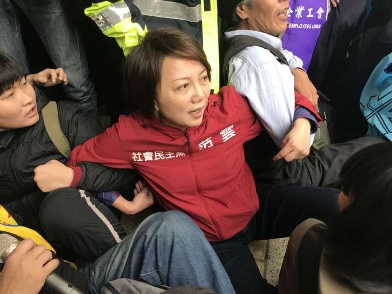 勞團及民團抗議勞基法第二波衝突,勞團佔領群賢樓前手拉手,范雲也在。(謝孟穎攝)
