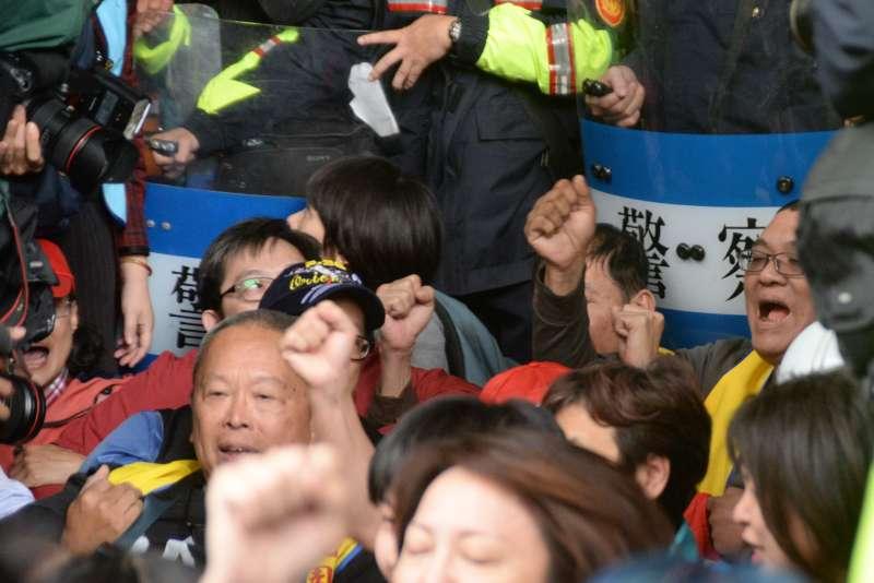 勞團及民團抗議勞基法第二波衝突,民眾衝群賢樓後在群賢樓前坐下。(甘岱民攝)