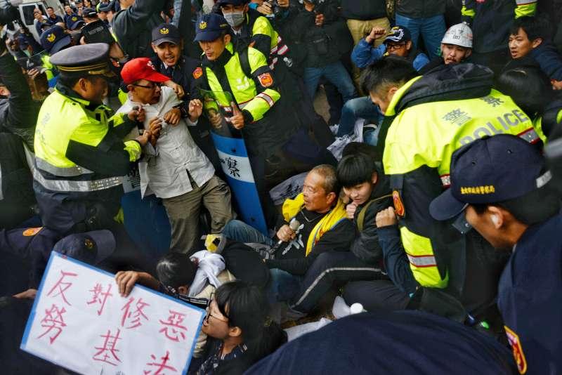 勞團及民團抗議勞基法第二波衝突,民眾衝群賢樓。(甘岱民攝)