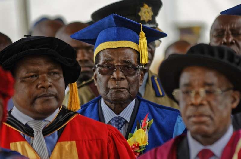 2017國際新聞回顧:辛巴威軍事政變,萬年總統穆加比下台。(美聯社)