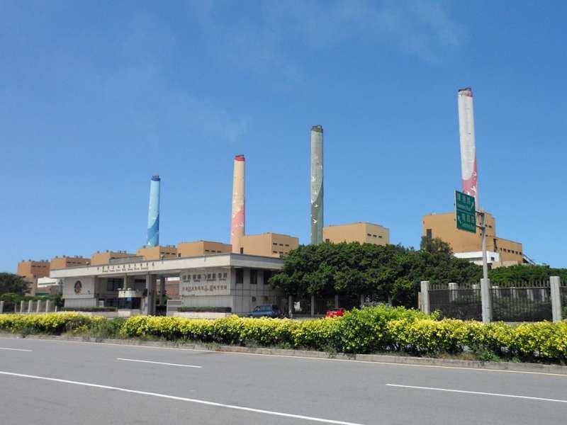 台中火力發電廠煙囪有圖案,並非影片中的樣式。(取自維基百科,台中火力發電廠)