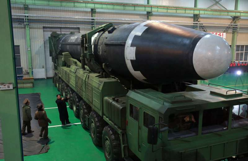 北韓官媒釋出照片,圖中金正恩親自檢視洲際彈道飛彈「火星-15」。(美聯社)