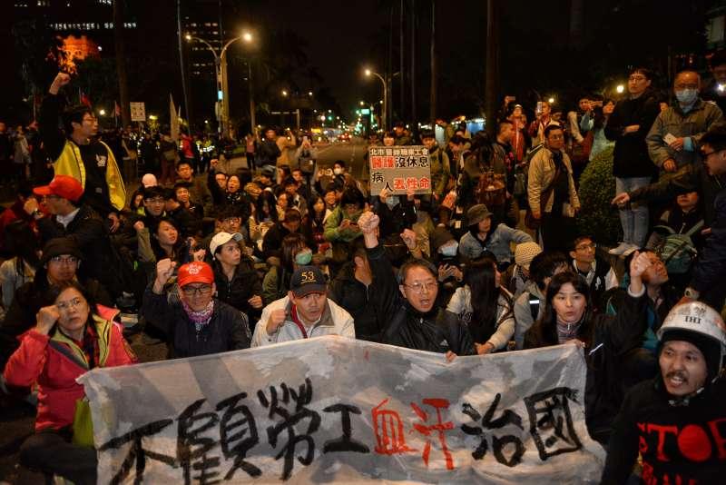 抗議勞基法修法,青島東和中山南路已被癱瘓,準備丟冥紙。