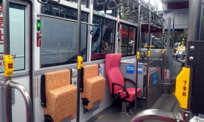 低地板公車讓老人及婦幼搭乘,更加舒適。(圖/張毅攝)