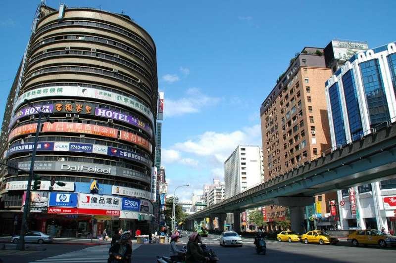 台北東區車多人也多,可謂「天龍國」一級戰區。(圖/Philip Lai@Flickr)