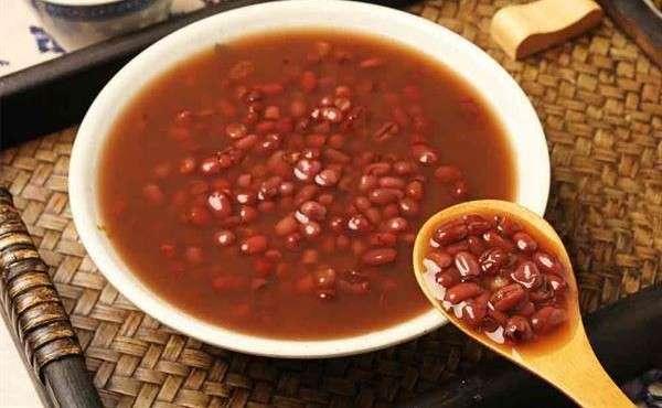 薑汁減糖紅豆湯材料有,紅豆 300公克、黑糖1大匙、薑汁 50 c.c.、鹽1茶匙。(華人健康網)