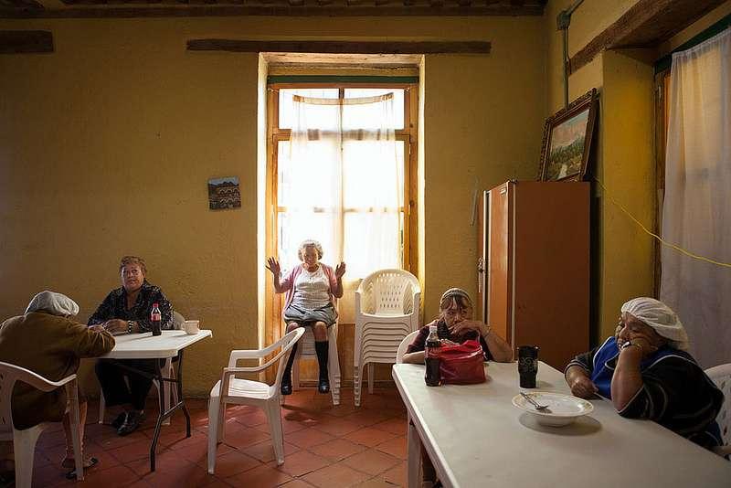 午飯時間,攝於2010年。(圖/言人文化提供)