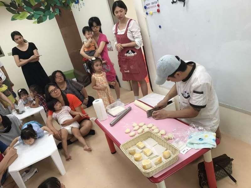 不定期去教小朋友做饅頭,也是鑽石生活中的樂趣之一。(圖/鑽石提供)