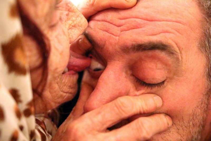 在開始治療前,Hava 會先仔細用酒精全面消毒口腔、舌頭。(言人誌)