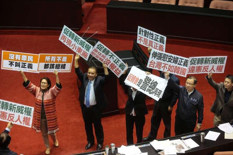 20171205-立法院5日三讀通過「促進轉型正義條例」,在野黨立委舉牌抗議。(顏麟宇攝)