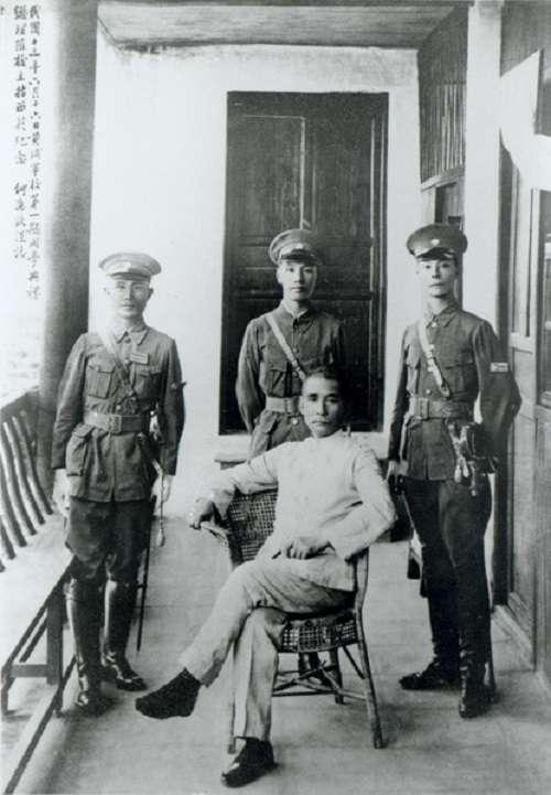 民國十三(1924)年六月十六日,孫中山先生與校長蔣中正(後排中)、總教官何應欽(後排左)、教授部主任王柏齡(後排右)合影。