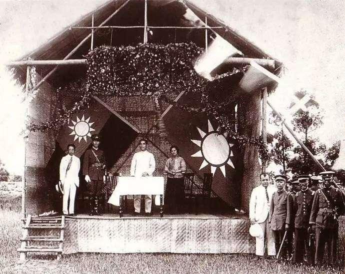 民國十三年(1924)六月十六日黃埔軍校第一期開學典禮,講台上由右至左為宋慶齡、孫中山、蔣中正、廖仲凱。