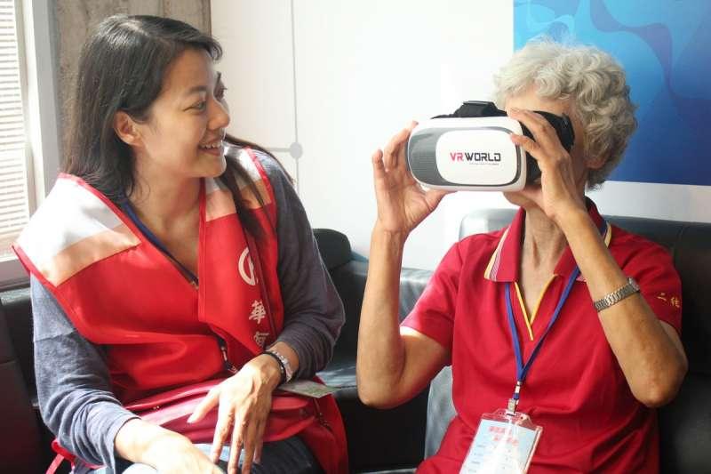 華南金融集團志工陪同長者一同體驗VR虛擬實境(圖/華南金控提供)