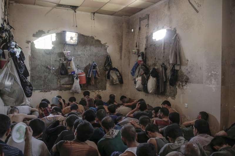 2017年7月,伊拉克軍隊收復第二大城摩蘇爾(Mosul),這是被俘的伊斯蘭國(IS)戰士(AP)