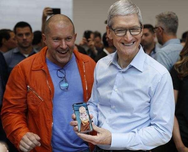 蘋果首席設計長強納森·艾夫(Jonathan Ive)與執行長提姆·庫克(Tim Cook)(圖/取自twitter)