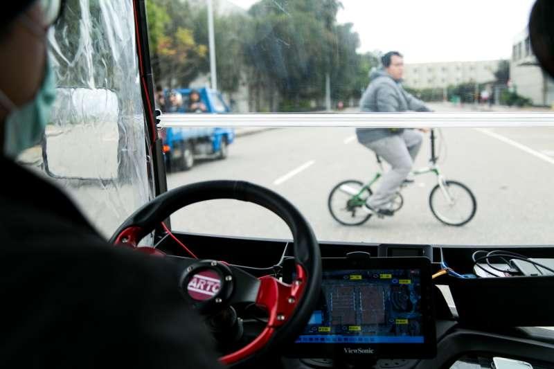 此外,當有行人、物體緊急穿越馬路時,ARTC自駕車也能緊急煞車,目前的影像辨識準確率為95%。(圖/吳晴中攝,數位時代提供)