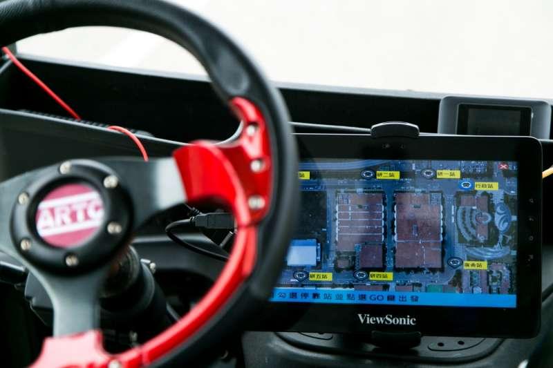 車輛中心也設計了一套「叫車」App,只要事前掃描建立高精密圖資後,就能快速適用在封閉場域的自駕接駁上,透過App在各站叫車。(圖/吳晴中攝,數位時代提供)