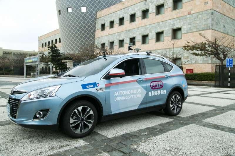 車輛中心的一般道路自駕車是改裝Luxgen而來,搭載車頂的一顆光學雷達和GPS、車頭的雷達與擋風玻璃上的攝影機。(圖/吳晴中攝,數位時代提供)