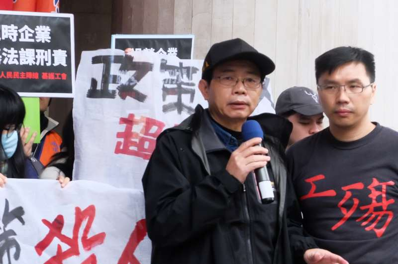 2017-12-12-勞團召開記者會,呼籲修訂職災專法、針對過勞企業課刑責,職災家屬王先生,其哥哥在保全業過勞。(謝孟穎攝)