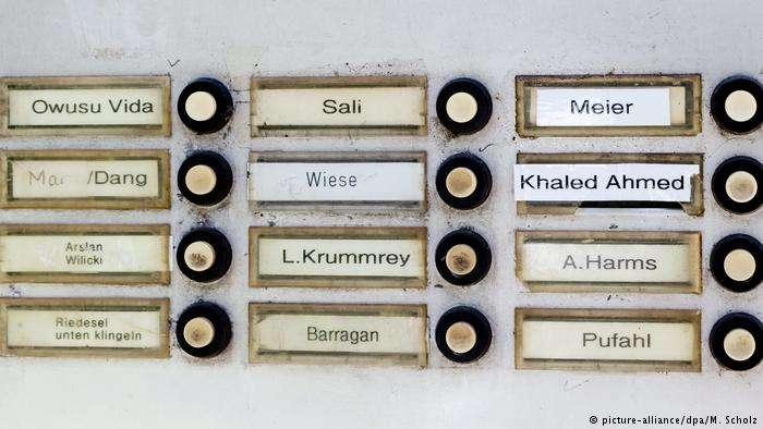 只寫著住戶姓氏的公寓名牌。(德國之聲)