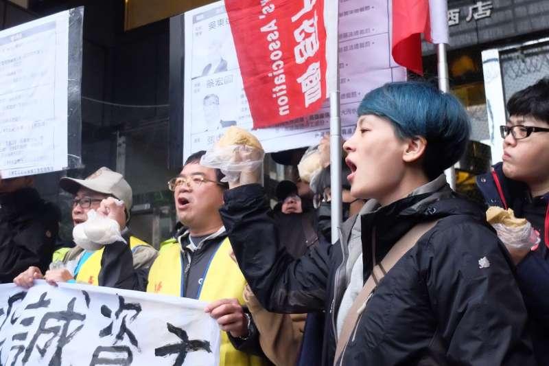 行政院長賴清德與工商團體於台北市五星級飯店花園酒店進行早餐會,勞工團體在外集結為《勞基法》修法抗議,自備一大袋饅頭要「請」賴清德吃早餐。(謝孟穎攝)