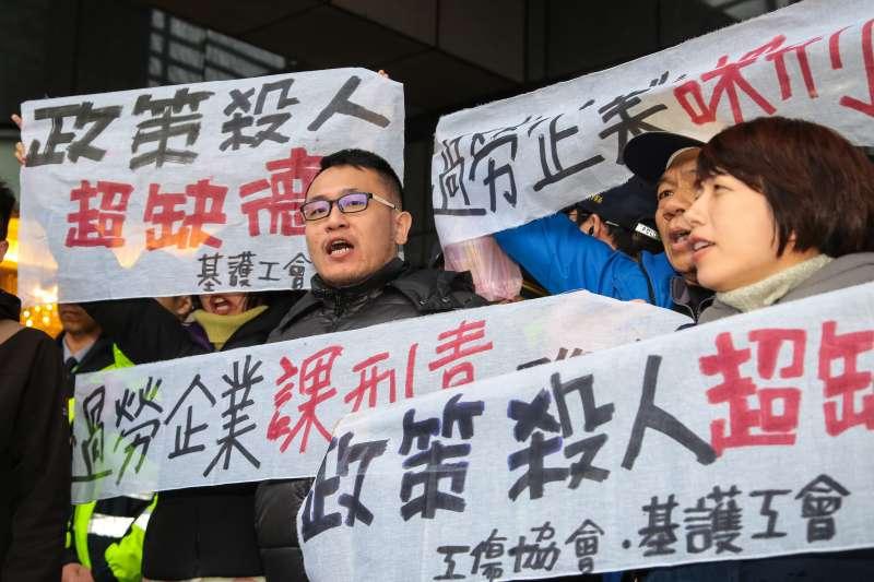 20171212-工殤協會12日於「中華民國工商協進會工商早餐會」外,高舉「政策殺人超缺德」「過勞企業課刑責」等布條抗議。(顏麟宇攝)