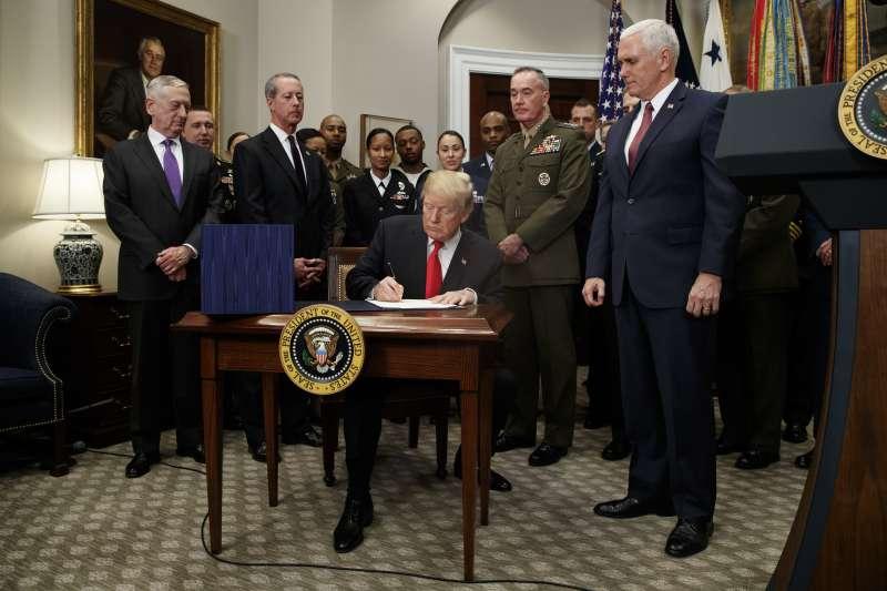 美國總統川普簽署《2018財政年度國防授權法》。(美聯社)