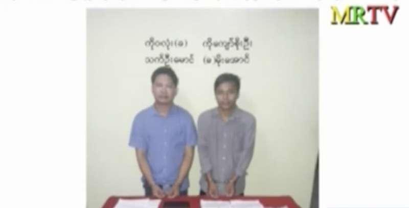 緬甸資訊部13日晚間宣布《路透社》記者瓦隆(右)與吳覺梭(左)被逮捕,照片中的他們戴著手銬(AP)