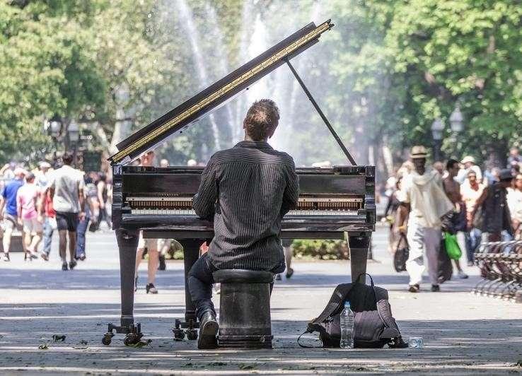生活音樂美學,其實很簡單。走在路上慢下來,靜下心聽聽環境中的聲音,也是一場音樂美學的探索。(圖/pixabay)