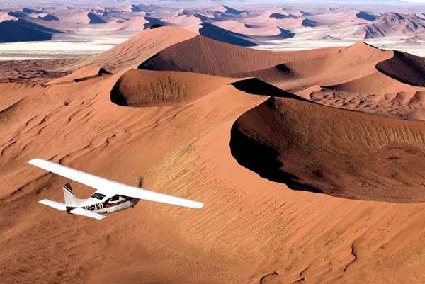 位於那米比亞的骷髏海岸國家公園,綿延不絕的沙漠美景華麗動人。圖/cardboard box