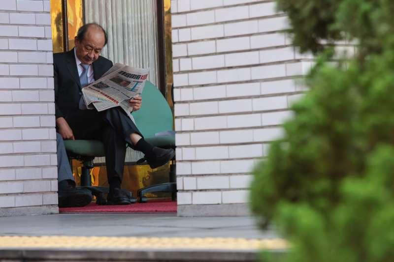 20171214-民進黨總召柯建銘14日一早便於立院議場門口卡位。(顏麟宇攝)
