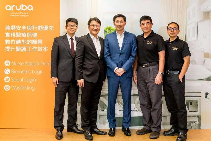 Aruba(Hewlett Packard Enterprise 子公司)分享2017年穩健成長的業務以及2018年的營運策略Justin Chiah(中)許佳樹(左二)蔡政修(左一)陳清淵(右二)黃士誠(右一)(圖/ Aruba提供)