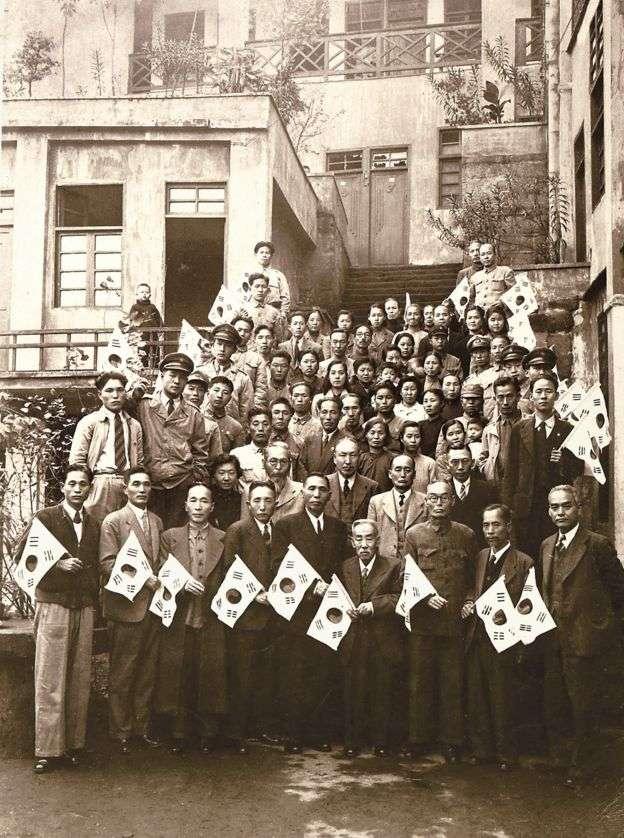 大韓民國臨時政府成員回國前,在辦公室前合影留念。(BBC中文網)